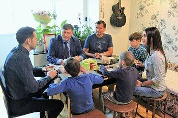 В поселке Мурмаши Первый вице-спикер регионального парламента Владимир Мищенко посетил многодетную семью